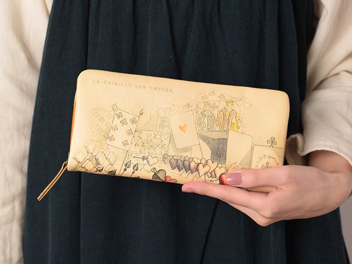 札入れを含むジャバラポケットが4か所、フリーポケットが2か所あるのでお札やレシートなどの仕分けがしたい方におすすめ。