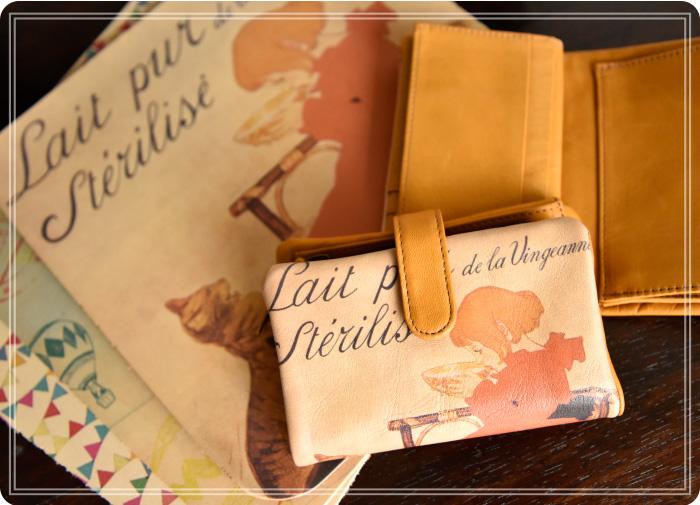 ラウンドシリーズに使用されているアートレザー、馬革のディテールイメージと、ベロ付き二つ折り財布(スタンラン/ミルク柄)