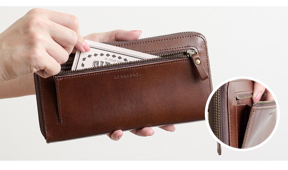 お財布背面には片マチ付きのファスナーポケット