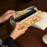 通帳も入る大容量。多数の仕切りポケットでお財布の中が散らかりにくく、整理しやすいのが人気の秘訣です。