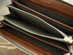 内生地やファスナーテープ部分に、お財布本体とは異なるカラーを配色し、お洒落なコンビカラーになっています。