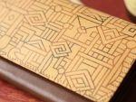コンゴ民主共和国(旧ザイール)の王族である、ブショング族が生み出す 独特の紋様からインスパイアを受け、生まれたデザイン。
