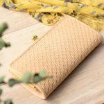立体感のあるかご編みのような型押しは、上質な革の風合いと相成って、軽やかで上品な印象。
