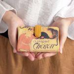 コロンとしたフォルムの可愛い二つ折り財布です。 両手にスッポリ収まるサイズで、小さいバッグの時にもお勧めです。