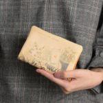 L型ファスナー折り財布「オリエンタルランプ」の手持ち写真です。